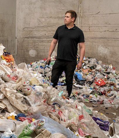 Toimitusjohtaja Mikko Lammi ja sekajätteestä eroteltua muovijätettä. Pohjanmaan Hyötyjätekuljetus Oy, Laihia Nette-lehdessä